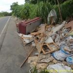 Lixo no acostamento da rodovia