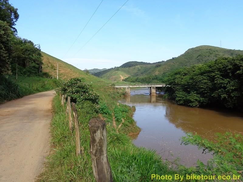 Ponte dobre o Rio Jucu, a caminho de Peixe Verde